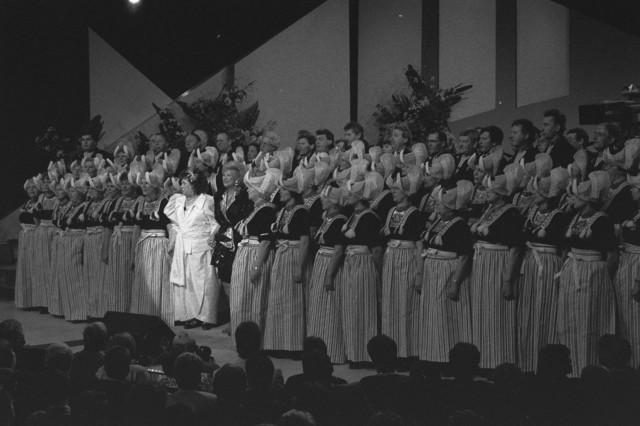 TLB023002556_001 - Optreden van Zangeres zonder naam (Mary Servaes-Bey) en koor
