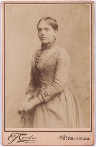 """004834 - Op de achterkant van deze foto staat: """"mevrouw Seraphine Kerstens-Bogaers ?"""" Echter, volgens fotonr. 11400, dezelfde foto, betreft het: Marie-Louise Bogaers (1866-1911), die in 1888 in het klooster zou treden."""