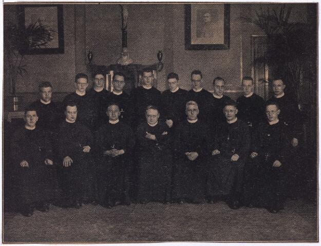 004283 - Zestien fraters van Tilburg naar de missie, oktober 1930. Zittend v.l.n.r. de fraters: Jesuald van Kessel (Paramaribo), Engelbert Verrijt (Paramaribo), Liberatus Hoppenbrouwers (Padang), Tharcisio Horsten, algmeen overste, Emiliano van Lunsen (Curaçao), Carolus Hock (Paramaribo), Casimirus van Rijsewijk (Curaçao). Staand v.l.n.r.: Gijsbert Hamers (Curaçao), Gonzaga Schoenmakers (Padang), Basilius Kruissen (Curaçao), Ludolf Bulkmans (Menado), Anthimus Smit (Curaçao), Arnoldus Broeders (Curaçao), Fidelius van de Mierden (Curaçao), Liberio Cools (Medan), Walfried van Etten (Curaçao), Aquilinus Waijers (Padang).