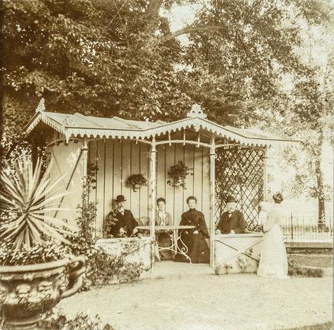 653566 - Villa Geldersch Hof, v.l.n.r. Willem Bahlmann, Anne Sträter, Maria Terwindt, Joseph Terwindt en Josefa Diepen met in haar handen Leonie Diepen. (Origineel is een stereofoto.)