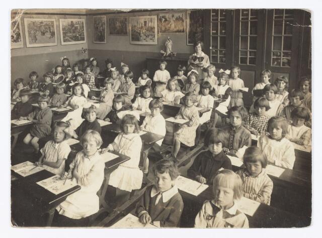 051351 - Basisonderwijs.  Klassenfoto r.k. lagere school. Meisjesschool Maria van de parochie Broekhoven I. Leerlingen van het eerste school jaar. De juffrouw is Corry van Meerendonk, geboren te Tilburg op 21 augustus 1902 en aldaar overleden op 5 augustus 1980.