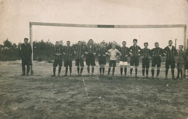 655504 - Josef Missiehuis. Het elftal van de lagere klassen gefotografeerd tijdens het 2e trimester 1923