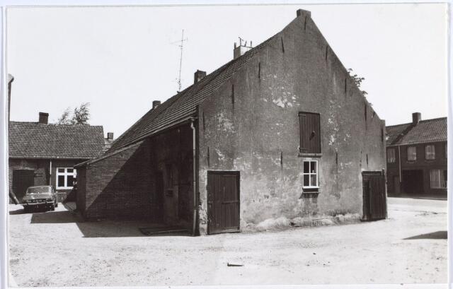 014707 - Zijgevel en achterzijde van een boerderij aan de Berkdijksestraat