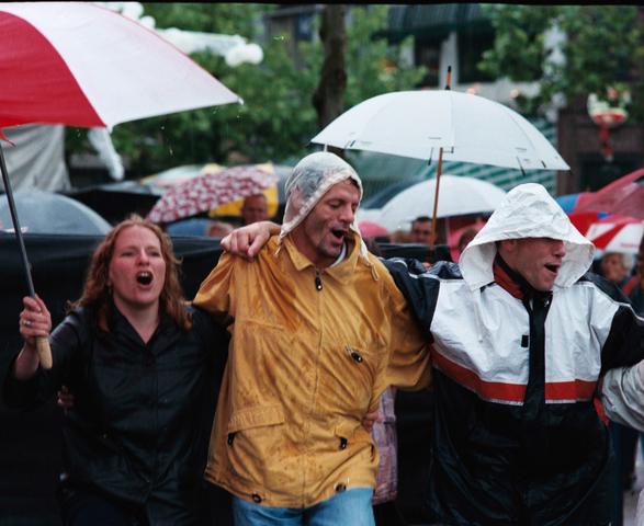 1237_010_768_023 - Festival levenslied 1998 . Feesten in de regen.