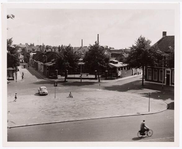 032456 - De vismarkt aan het Willemsplein gezien vanaf Paleis Raadhuis; deze werd afgebroken op 12-09-1961 en werd gebouwd in ongeveer 1890