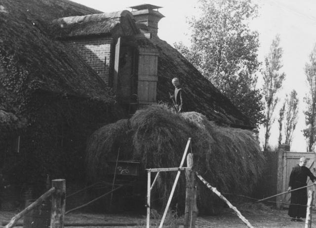 105257 - Monnikenwerk Hooiverwerking bij de stallen van de St. Paulusabdij, in 1938. Te zien zijn de broeders Bernardus en Lambertus Vermeulen. Kloosters  Kloosters. Sint Paulusabdij.