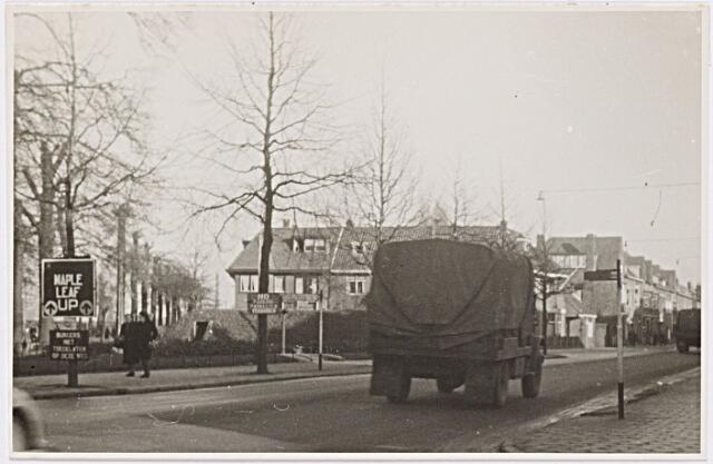 012252 - Tweede Wereldoorlog. Bevrijding. Begin van de Nieuwe Bosscheweg, gezien in de richting van de Ringbaan-Oost, ruim een maand na de bevrijding