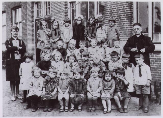 061859 - Basisonderwijs. Klassenfoto. Enkele schoolklassen van de lagereschool in Enschot aan het Torenpad; in 1982 jeugdhuis: Het Torenhoekske; op de foto zien we links mej. Denissen, rechts pastoor Schellekens en 2e van links bovenste rij mevr. De Bakker.
