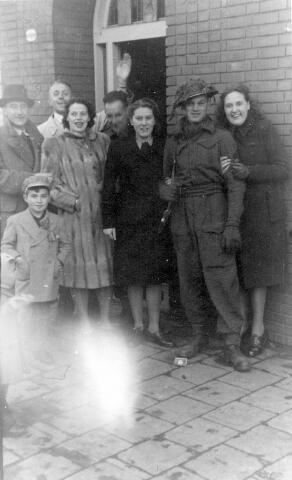 064690 - Tweede Wereldoorlog. Een Tilburgse familie met een soldaat van het bevrijdingsleger.