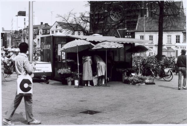 020957 - Bloemenstalletje op de Heuvel halverwege april 1984