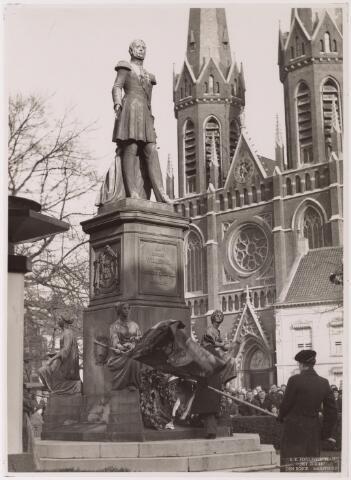 042688 - Huis van Oranje. De senaat van het studentenkorps St. Olof legde op 1 februari 1938 ter gelegenheid van de geboorte van prinses Beatrix een krans bij het standbeeld van Willem II op de Heuvel, de bet-overgrootvader van de nieuwe Oranje-telg