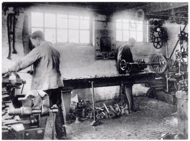 038438 - Nijverheid. Schoen- en leerindustrie. Interieur van N.V. J. van Arendonk's schoen- en lederfabrieken afdeling smederij