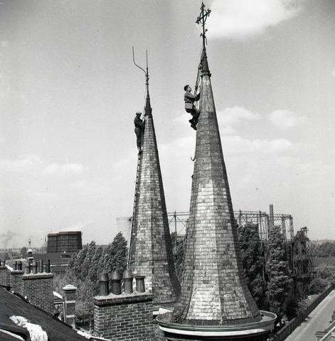 654582 - Industrie. Leidekkers aan het werk op de torens van het Sint Josephgasthuis aan de Lange Nieuwstraat.   De foto staat gespiegeld.