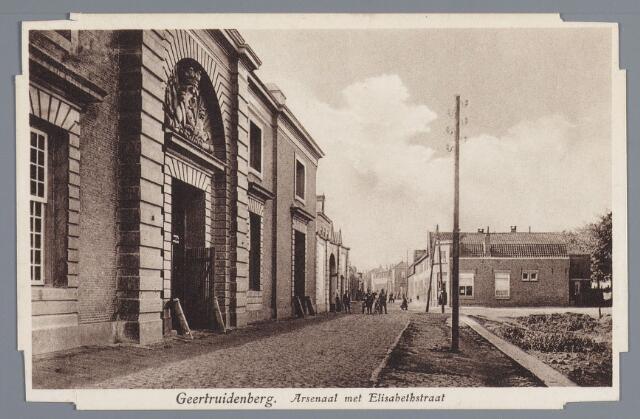 058188 - Het Arsenaal met de Elisabethstraat in Geertruidenberg. Het Arsenaal was ook weer een schepping van Philips W. Schonck en Guilliaume Carrier. Het werd gebouwd in 1770-1777. Recht vooruit kijken wij in de Elisabethstraat, zogenoemd omdat in 1915 Elisabeth Allard- dochter van burgemeester Allard - de eerste steen legde voor de nieuw te bouwen woningen. De haven werd door de bevolking geleidelijk gedempt met afval.