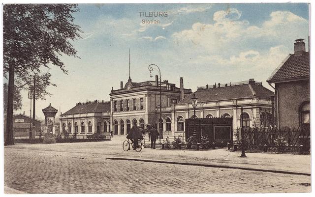002234 - Station aan de Spoorlaan met rechts achter de gaslantaarn een van de vier ijzeren urinoirs die in mei 1903 in de stad geplaatst werden.