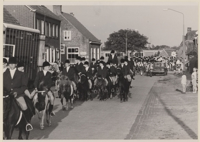 083672 - Paardensport; pony-optocht Riel