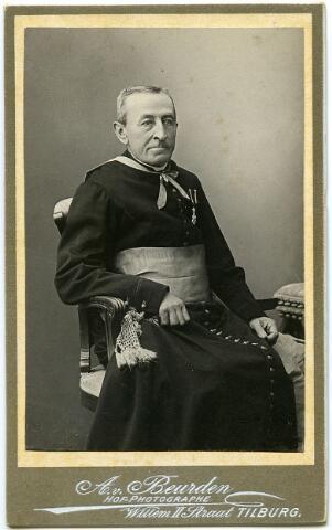 604805 - Antonius Joannes Franciscus Mutsaers, geboren te Tilburg op 1 juli 1834, priester gewijd te Haaren op 8 juli 1855 en twee jaar later benoemd tot kapelaan te Stratum. In 1861 werd hij als professor van de 2e afdeling aan het Groot Seminarie te Haaren verbonden, waarvan hij president werd op 4 november 1884. Verder was hij kanunnik en proost van het kapittel van ´s-Bosch, geheim kamerheer van paus Leo XIII, lid van de commissie van beheer van instituut voor doven te St. Michielsgestel, huisprelaat van de paus en ridder in de orde van Oranje Nassau. Hij overleed te Haaren op 1 december 1904.