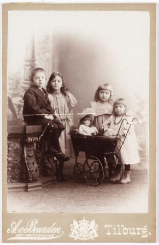 008024 - Kinderen Verbunt-Conijn, v.l.n.r. Henri J.A.M. geboren Tilburg 16 februari 1889, Augusta Th.M.N. geboren Tilburg 11 februari 1888, Josephine R.M.M. geboren Tilburg 1 februari 1891 en Margaretha M.B.A. geboren Tilburg 18 november 1892.