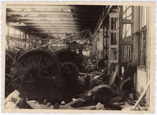 012013 - Tweede Wereldoorlog. Vernieling werkplaats NS.  Beeld van de catastrofale gevolgen van hevige Duitse bombardementen van de centrale werkplaats van de Nederlandse Spoowegen gedurende drie dagen in september 1944