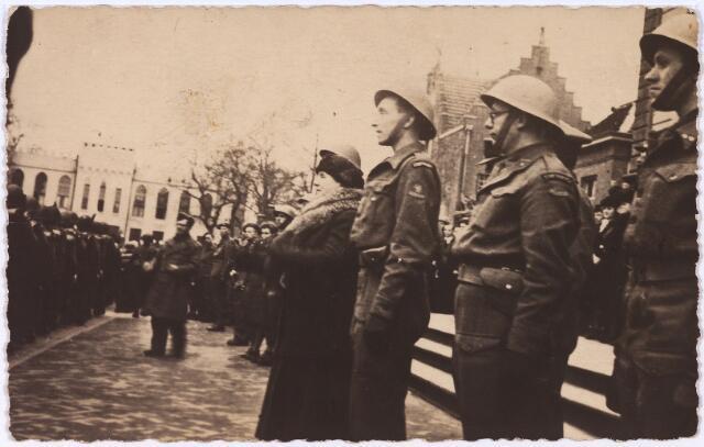 012746 - Tweede Wereldoorlog. Koninklijk bezoek. Koningin Wilhelmina kijkt samen met enkele officieren naar het korps Stoottroepen dat paradeert op de Markt tijdens haar bezoek aan bevrijd Tilburg op 18 maart 1945