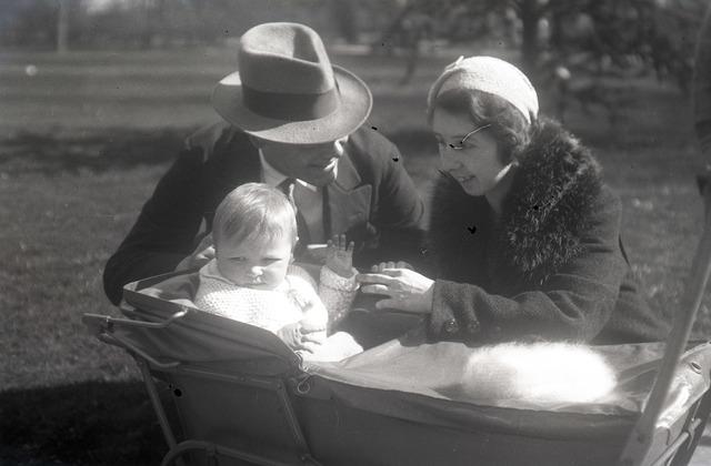 654308 - Louis en Betsy Schmidlin-Sellen met hun zoon Boy. Privéarchief Schmidlin.