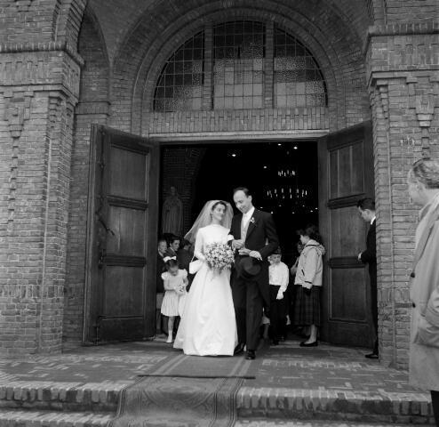 050684 - Huwelijk van P.H. Houben (zoon van commissaris van de koningin in Limburg) en baronesse Tessy van Voorst tot Voorst, commissaris van de koningin in Limburg, dochter van oud burgemeester van Tilburg.