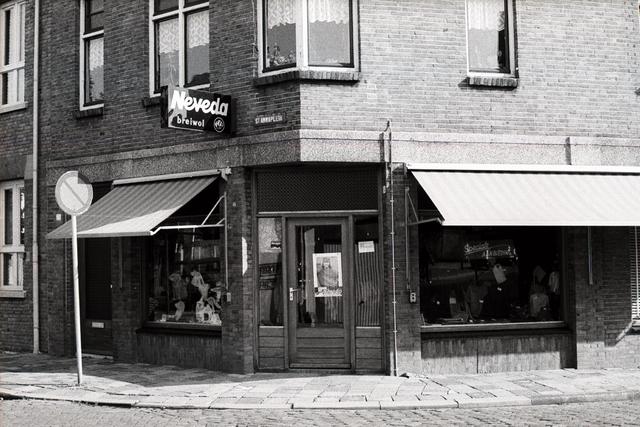 1237_012_925-2_004 - Korvel vooruit, exterieur winkels.