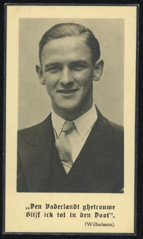 604448 - Bidprentje. Tweede Wereldoorlog. Oorlogsslachtoffers. René Marius L.C. Norenburg; werd geboren op 15 augustus 1921 in Amersfoort en overleed in april / mei 1945 in het krijgsgevangenen- en concentratiekamp Bergen-Belsen, Duitsland.  Norenburg was student aan de Katholieke Economische Hogeschool in Tilburg. Hij was lid van de Raad van Verzet en nam deel aan een overval op het gemeentehuis in Haaren (N-Br). Op 23 februari 1943 werd hij, bij het vervoeren van munitie, gearresteerd in 's-Hertogenbosch. Hij werd in eerste instantie overgebracht naar de strafgevangenis in Scheveningen en vandaar getransporteerd naar Vught. Begin september vertrok hij naar het concentratiekamp Sachsenhausen en daarna naar het concentratiekamp Bergen Belsen  waar hij overleed in april of mei 1945.