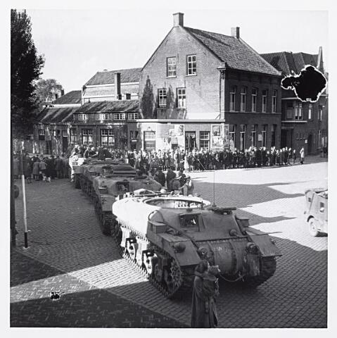 012156 - WO2 ; WOII ; Tweede Wereldoorlog. Bevrijding.  Ramtanks van het Canadian Armoured Tank Corps (Kangaroos) arriveren op de Markt