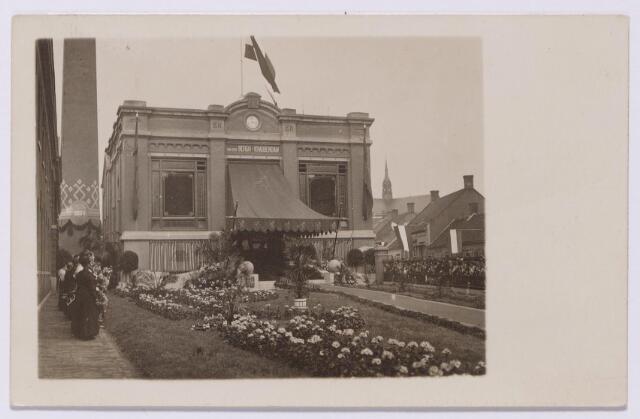 043517 - Textielnijverheid. De Beka-fabriek (Van den Bergh-Krabbendam) aan de St. Josephstraat versierd t.g.v. het bezoek van koningin Wilhelmina en prins Hendrik.