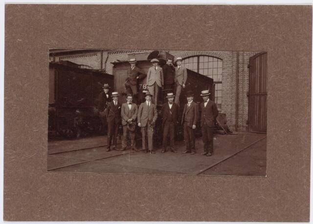 036945 - Spoorwegen, Centrale Werkplaats, Atelier, NS: Medewerkers van de Industrieschool voor en op een tender. Op de eerste rij de tweede van rechts F.J.Popelier. De opname is gemaakt op 18 mei 1921.