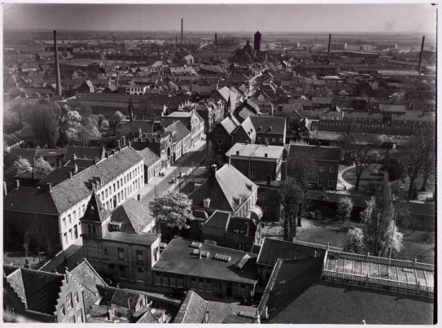 036374 - Panorama van Tilburg vanaf de toren van de Heikense kerk: op de voorgrond de Zwijsenstraat; op de achtergrond de kerk van Broekhoven I