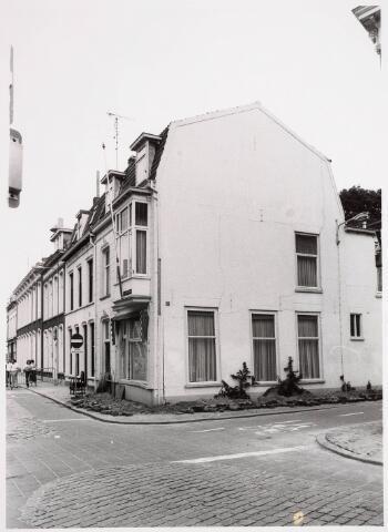 035328 - Verzakking van het later gesloopte pand Willem IIstraat 66. In het pand woonde destijds de heer van  der Schoot en zijn moeder mevrouw van der Schoot-Kruijssen