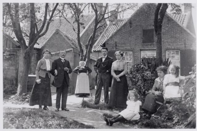 045914 - De familie De Bont-Wouters achter hun huis aan de Tilburgseweg in Goirle. Van links naar rechts: Anna en Huub de Bont, op de achtergrond hun moeder Elisabeth de Bont-Wouters, N.N., Jan de Bont, Jana de Bont en Cor de Bont met twee dochters van Theo van Gils, die getrouwd was met Leen de Bont.