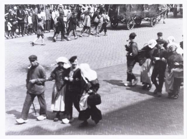 008588 - Folkloreschouw op 21 juli 1929 op de Oude Markt op de hoek van de Heikese kerk voor het stadhuis, gefotografeerd door Henri Berssenbrugge (1873-1959).Onderdeel van reportage, zie nrs. 8583 t/m 8598.