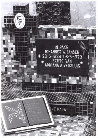 016036 - Graf van J.W. Jansen (1924 - 1973) op het kerkhof aan de Bredaseweg. De tekst in het boek op het graf luidt: Ledig blijft het bij de haard, maar uw goedheid en liefde blijven eeuwig in ons bewaard