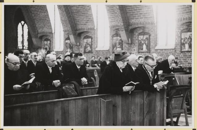 072884 - Afscheid burgemeester J.H. Bardoel.  Plechtige H. Mis in St Jans Onthoofding. Vooraan het echtpaar Bardoel. Achter hen: J.v. Gils (raadslid), A.v. Gils, Th. v. Delft, J. Ligtvoet, G. Ketelaars (Adrianus), J. Jonkers, J. Rijnen (Adrianus).