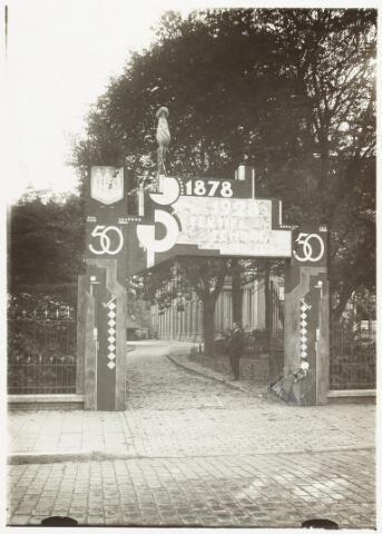 052145 - Onderwijs. Ereboog t.g.v. het 50-jarig bestaan van de ambachtsschool. Op de foto dhr. Raats (directeur).