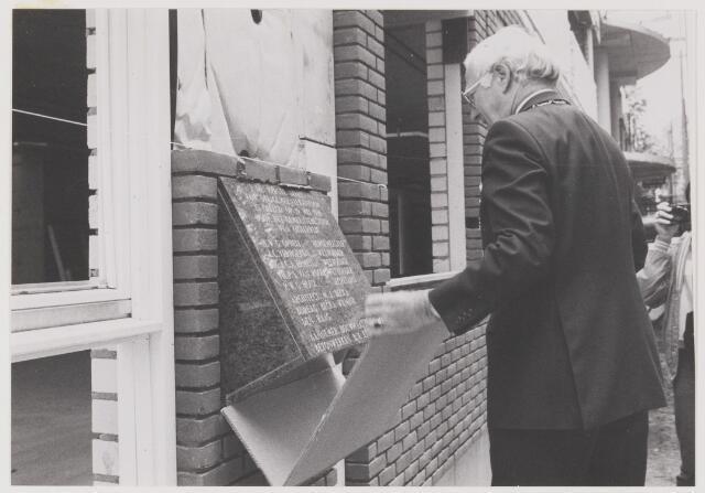 077961 - De eerste steen van dit gemeentekantoor is gelegd op 19 mei 1988 door het gemeentebestuur van Oisterwijk. H.W.G. Opheij          Burgemeester J.C. Verhoeven        Wethouder M.J.C.A. Ermen       Wethouder Th. P. L. van Rooij    Wethouder P. W. G. Houx          Secretaris Architect: M. J. Becka Bureau Becka Wilmmink, Den Haag Aannemer: Bouwmaatschappij Betonwerken B.V. Eindhoven