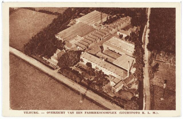 003087 - Elisabethziekenhuis. Textielindustrie. De fabriek van Pieter van Dooren aan de Hilvarenbeekseweg. De N.V. Spinnerij Pieter van Dooren werd opgericht in 1827. In deze fabriek stond de eerste stoommachine van Tilburg. Links achter de bomen de fabrikantenwoning van de familie, daterend uit 1860. De strijkgarenspinnerij van Van Dooren werd gesloten in 1972. Er waren toen nog maar 13 werknemers. In 1975 zijn de opstallen gesloopt. Op deze plaats is daarna het St. Elisabethziekenhuis gebouwd. Rechts het riviertje de Leij met de Leijweg.