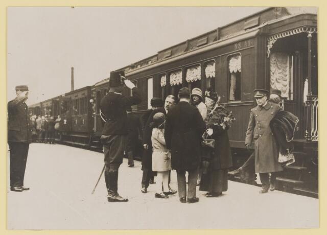 075500 - Koninklijk bezoek. Koningin Moeder Emma bezoekt Oisterwijk  op 19 mei 1930. aankomst op het station