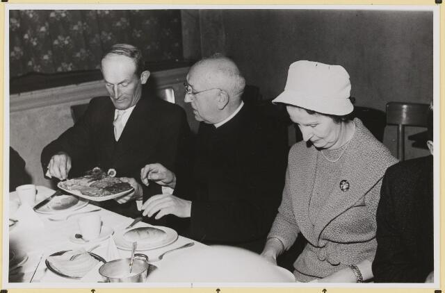 072895 - Afscheid burgemeester J.H. Bardoel.  Koffietafel in café-restaurant J. de Brouwer- Smolders. Genodigden. Vanaf links: G. Ketelaars, L. Kerssemakers, A. Schreppers.