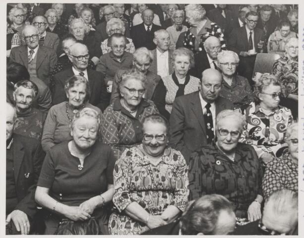 081994 - Publiek bij toneelvoorstelling . Gilze, bejaarden kijken naar toneel