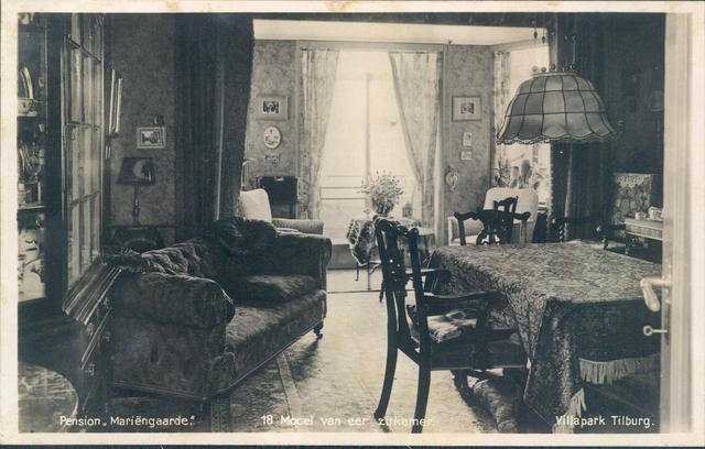 651380 - Mariëngaarde. Tilburg.Een kijkje in het 1935 model interieur van een zitkamer. De zware meubelen, de draperieën en de pompeuze kasten en lampen waren een typisch voorbeeld van een eigentijds interieur in de jaren dertig van de vorige eeuw.