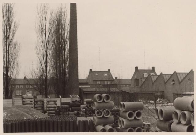 026010 - Eindprodukten liggen opgeslagen op het erf van betonfabriek Van Geel aan de Lovense Kanaaldijk