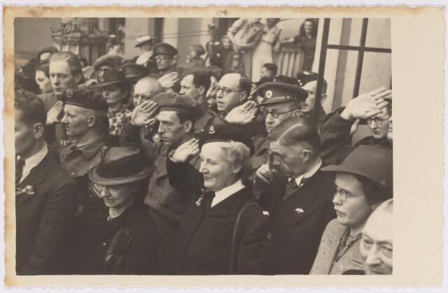 042757 - Koninklijke Bezoeken. Op het balkon van het Paleis-Raadhuis tijdens haar bezoek van H.K.H. prinses Juliana aan de stad de nationale feestdag, de eerste na de bevrijding. Gerheel rechts met alleen het gezicht gemeentesecretaris W.J. van Dusseldorp.