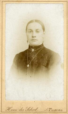 602414 - Adriana Maria (Jana) van Pelt, geboren op 3 december 1867 te Tilburg als dochter van Norbertus van Pelt en Johanna Bertens. Jana huwde op 22 augustus 1894 te Tilburg met Adrianus Michael Geurts. Ze overleed te Tilburg op 2 december 1943.