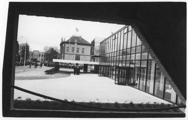 1238_F0003 - Opening schouwburg. Rechts: Het oude stadhuis.Op de achtergrond: Het paleis-raadhuis. Veel belangstelling.