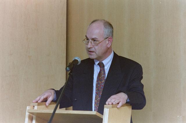 1237_001_046-1_022 - Zorg. Pensioen. Presentatie na afloop van een vergadering van de Stichting Pensioenfonds van Fysiotherapeuten in maart 1998.