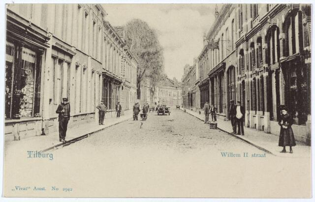 003026 - Willem II-straat vanaf de Heuvelstraat. De winkel geheel links hoorde bij de Heuvelstraat: pand M1236, vanaf 1910 Heuvelstraat 63. De winkel stond bekend als de zaak van A. Meijring 'in luxe artikelen'. Bewoner van het pand en chef van deze zaak was Gerardus W.M. Krijbolder, 'meer genaamd Crebolder', die geboren werd te 's-Hertogenbosch op 22 augustus 1861 en getrouwd was met Wilhelmina Knegtel. Daarnaast winkel en woonhuis van Theodorus C.J. Bronsgeest, kruidenier en handelaar in koloniale waren, geboren te 's-Gravenhage op 13 oktober 1844. Dit pand was bekend onder nummer M1237, vanaf 1910 als Willem II-straat 65. Bronsgeest verhuisde in mei 1905 naar de Zomerstraat, waarna dit pand eigendom werd van Hubertus Alexander Lemmens van magazijn 'de Duif' aan de Heuvelstraat. Ook het pand van de firma Meijering zou later deel gaan uitmaken van 'de Duif'. Deze panden zijn gesloopt in 1961 voor de nieuwbouw van het kledingbedrijf Peek & Cloppenburg.